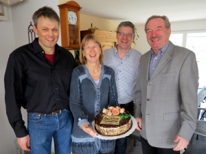 FWV-Fraktionsvorsitzender Heinz Nitsche sowie seine beiden Stellvertreter Michael Ostertag und Markus Hönnige (alle von rechts) beim Überbringen der Glückwünsche an Margit Frisch
